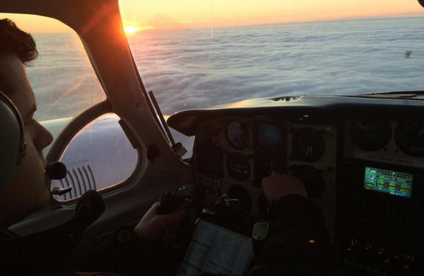 Vol de Piper de Navajo au dessus des nuages